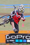 Junger Fahrrad-Rennläufer nach einem Cycloross Ereignis Lizenzfreie Stockfotografie