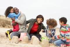 Junger Familien-GebäudeSandcastle am Strand-Feiertag Stockbilder