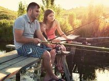 Junger Familienfischenfeiertag mit hölzernem planked Fußweg Stockbild