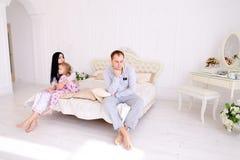Junger Familienstreit, Ehemann der Frau und Tochter, die auf wh sitzt Stockfoto
