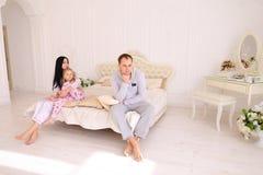 Junger Familienstreit, Ehemann der Frau und Tochter, die auf wh sitzt Lizenzfreies Stockbild