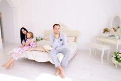 Junger Familienstreit, Ehemann der Frau und Tochter, die auf wh sitzt Stockfotos