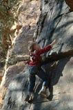 Junger Felsen-Bergsteiger lizenzfreies stockbild