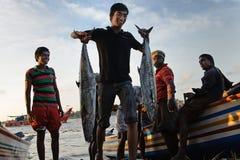 Junger Fischer, der vom Meer zurückkommt Stockbild