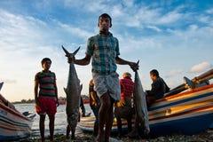 Junger Fischer, der vom Meer zurückkommt Stockfoto