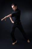 Junger Flamencotänzer im schönen Kleid auf schwarzem Hintergrund Lizenzfreies Stockfoto