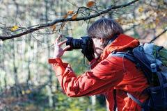 Junger Fotograf, der Fotos macht stockfotografie