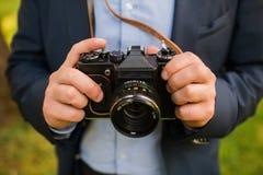 Junger Fotograf mit Kamera in den Händen Lizenzfreie Stockfotos