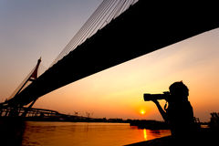 Junger Fotograf am Sonnenuntergang Stockfotos