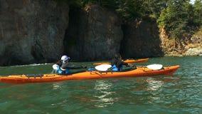 Junger Frau, die auf Meer Kayak fährt stock video footage