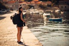 Junger freiberuflich tätig seiender reisender und wandernder Fotograf Erfahren von verschiedenen Kulturen, Photojournalism Dokume lizenzfreies stockbild