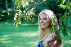Junger frischer Garten der Frau im Frühjahr Stockfoto