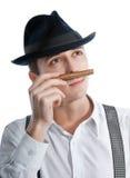 Junger Gangstermann, der eine Zigarre schnüffelt Lizenzfreie Stockfotos