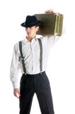 Junger Gangstermann, der einen alten Koffer anhält Lizenzfreie Stockfotografie