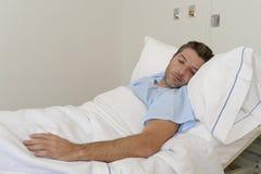 Junger geduldiger Mann, der am Krankenhausbett stillsteht das müde Schauen trauriges und deprimiertes besorgtes liegt Lizenzfreie Stockfotos