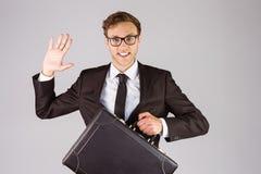 Junger geeky Geschäftsmann, der Aktenkoffer hält lizenzfreie stockfotos
