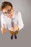 Junger geeky Geschäftsmann, der sich Daumen zeigt Lizenzfreie Stockbilder