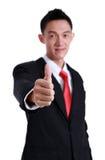 Junger gehender Daumen des Geschäftsmannes oben, getrennt auf Weiß Lizenzfreies Stockbild