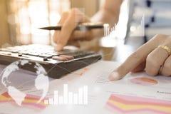 Junger Geldmarktanalytiker, der im Büro am weißen Tisch arbeitet Geschäftsmann analysieren Dokument und den Taschenrechner in den Lizenzfreie Stockfotografie