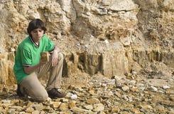 Junger Geologe, der Felsentypen studiert lizenzfreies stockfoto