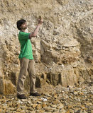 Junger Geologe, der Felsentypen studiert stockfotos