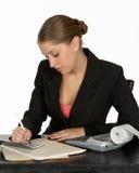 Junger Geschäfts-Schreibens-Check stockfotos