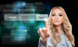 Junger Geschäftsfrau-Touching Virtual Web-Browser Lizenzfreies Stockbild