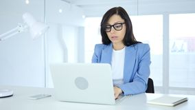 Junger Geschäftsfrau-Upset Working On-Laptop im Büro Lizenzfreies Stockfoto