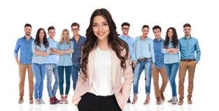 Junger Geschäftsfrauführer, der mit ihrem zufälligen Team sich entspannt Lizenzfreie Stockbilder