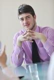 Junger Geschäftsmann alleine im Konferenzsaal Stockfotos
