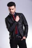 Junger Geschäftsmann Atractive, der seine Jacke repariert Stockbilder