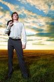 Junger Geschäftsmann auf dem Gebiet Stockfotografie