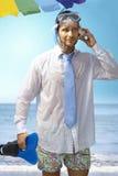 Junger Geschäftsmann auf dem Strand Stockfoto