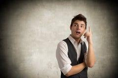Junger Geschäftsmann auf Grau lizenzfreies stockbild
