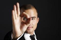 Junger Geschäftsmann auf Schwarzem stockfotografie