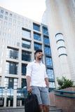 Junger Geschäftsmann auf Stadtstraße stockbilder
