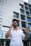 Junger Geschäftsmann auf Stadtstraße stockfoto