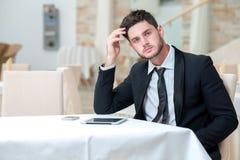 Junger Geschäftsmann denkt an Projekte der weiteren Geschäfte Stockfotos