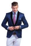 Junger Geschäftsmann, der Anzugsjacke beseitigt Stockbilder