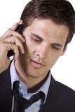 Junger Geschäftsmann, der auf Handy sich unterhält Stockbild