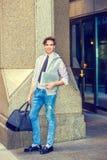 Junger Geschäftsmann, der auf Straße reist Lizenzfreie Stockfotos