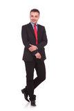 Junger Geschäftsmann, der auf weißem Studiohintergrund aufwirft Lizenzfreies Stockfoto