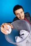 Junger Geschäftsmann, der baskteball mit Papier spielt Lizenzfreies Stockfoto