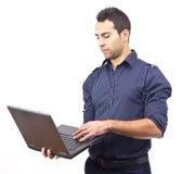Junger Geschäftsmann, der das Web sucht Stockfotografie