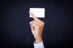 Junger Geschäftsmann, der in der Hand Karte hält Stockfoto