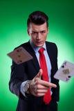 Junger Geschäftsmann, der die gewinnende Hand wirft Stockfotografie