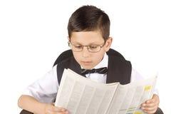 Junger Geschäftsmann, der die Zeitung liest Lizenzfreies Stockbild