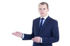 Junger Geschäftsmann, der ein copyspace lokalisiert auf Weiß darstellt Stockfoto