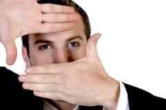 Junger Geschäftsmann, der ein Fingerfeld in der Frontseite bildet Lizenzfreie Stockfotos