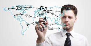 Junger Geschäftsmann, der ein Gesamt-Netzwerk zeichnet lizenzfreie stockfotos
